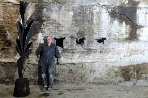 Karl Manfred Rennertz mit einer seiner Skulpturen im Untergeschoss der Gebläsehalle. Foto: LWL