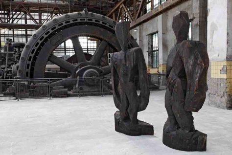 """Das """"Schwarze Paar"""" von Karl Manfred Rennertz in der Gebläsehalle der Henrichshütte. Foto: LWL/Holtappels"""