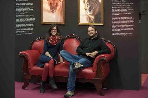 Die beiden Ausstellungsmacher, Lisa Klepfer (li.) und Dr. Jan Ole Kriegs haben in zweijähriger Arbeit die Ausstellung wissenschaftlich vorbereitet. Foto: LWL/Oblonczyk