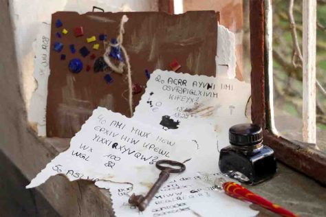 Wer die Geheimschrift entschlüsselt, hat den ersten Hinweis zu einer schaurigen Entdeckungstour gefunden. Foto: J. Brandt