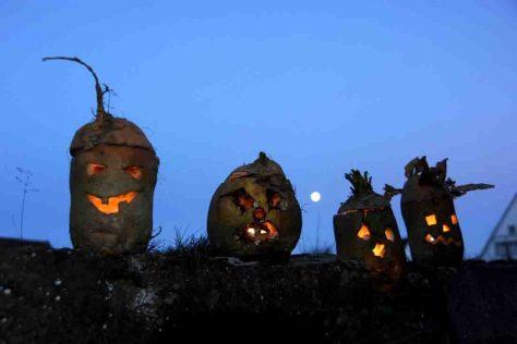 Halloween: Familien können nach alter Tradition Rübengeister bei einem Mitmachprogramm im LWL-Freilichtmuseum Detmold schnitzen. Foto: LWL/Sánchez