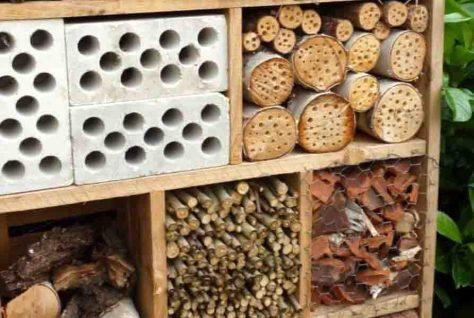 Insektenhotels werden in der Kinderwerkstatt auf Zollern gebaut. Foto: LWL