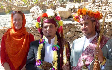 Marie-Christine Heinze, Islamwissenschaftlerin der Universität Bonn, mit zwei traditionell gekleideten Bräutigamen in Bayt Baws im Jemen. Foto: Stephen Gracie
