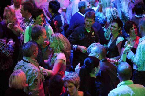"""Eigens für Europas größte Kegelparty haben ADTV-Tanzlehrer eine neue Schrittfolge entwickelt, die """"Kegel Party Discofox-Kombi"""". Sie feiert am 16. November Premiere - und jeder kann mittanzen. Foto: Peter Grewer"""