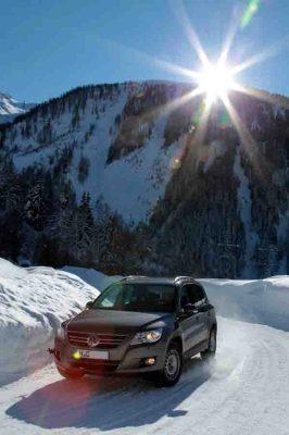 Fuß vom Gas! Angepasste Geschwindigkeit ist bei schneebedeckter Fahrbahn besonders wichtig. © ADAC