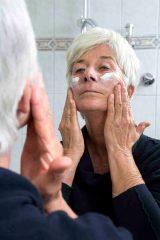 Reife Haut hat andere Bedürfnisse als junge. Sie braucht meist viel Fett und Feuchtigkeit, um gesund zu bleiben. © AOK-Medienservice