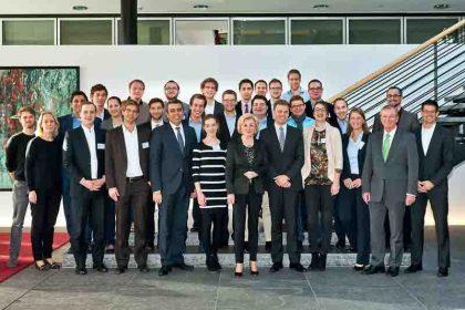 Die Teilnehmer des Seminars mit Liz Mohn und Hon.-Prof. Dr. Gunter Thielen (Foto: Krinke)