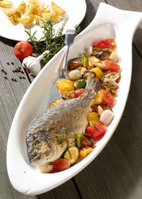 Griechische Rezepte: Gebratene Dorade auf Ratatouille mit Ofenkartoffeln Foto: Wirths PR