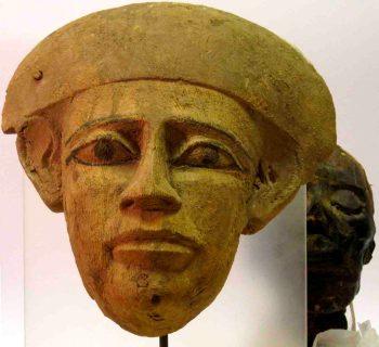 Gesichtsteil eines Sarges vor Mumienkopf Das Ägyptische Museum der Universität Bonn stellt in einer neuen Vitrine den Kopf einer Mumie vor. (c): Dr. Martin Fitzenreiter / Ägyptisches Museum der Universität Bonn 2014