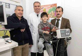 Rettung in letzter Minute: (v. li) Dr. Bahman Esmailzadeh und Prof. Dr. Johannes Breuer mit ihrem Patienten Miran und dessen Vater; © Rolf Müller / UKB