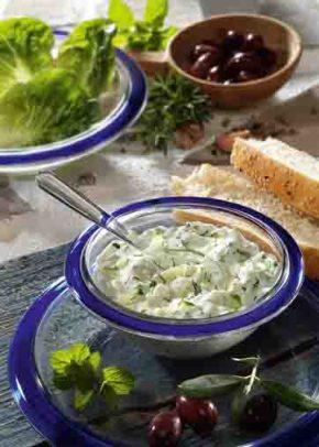 Griechische Rezepte: Tsatsiki mit Oliven Foto: Wirths PR