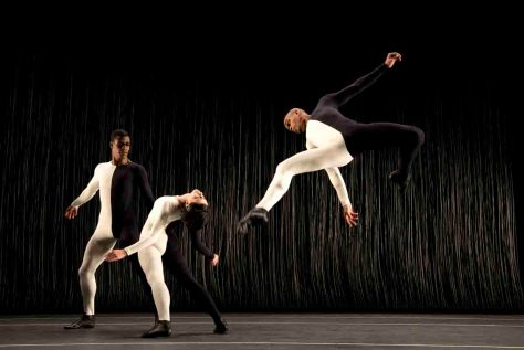 """Die Company """"Grupo Corpo"""" aus Brasilien ist mit der Choreografie """"Triz"""" zu Gast bei den 12. Movimentos Festwochen der Autostadt in Wolfsburg.  © Foto: Autostadt GmbH/Jose Luiz Pederneiras"""