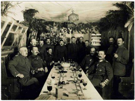 Wenn möglich, wurde auch an der Front Weihnachten gefeiert, wie dieses Foto von 1915 zeigt. Diese Bilder wurden zum Teil als Gruß in die Heimat geschickt. Foto: LWL