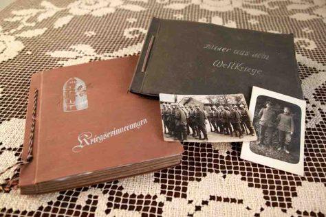 """""""Erinnerungen an den Krieg"""" wurden häufig in besonderen Fotoalben archiviert, die meist eine entsprechende Beschriftung trugen. Für diese sogenannten """"Kriegsalben"""" entstand ein regelrechter Markt. Foto: LWL"""
