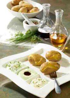 Kartoffelgerichte: Pellkartoffeln mit Quarkdips, Leinöl und Kürbiskernöl Foto: Wirths PR