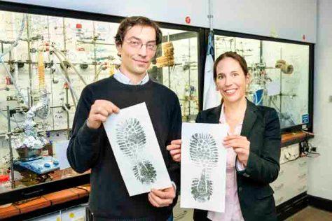 1.000 Schritte bis zum Ziel Dr. Nicolas Plumeré von der Ruhr-Universität und Dr. Rebekka Loschen von der KlimaExpo.NRW mit den symbolischen Fußabdrücken © RUB, Foto: Gorczany