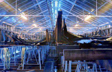 Die Weserlastkähne wurden von 1999 bis 2004 im Weserrenaissance-Museum Schloss Brake in Lemgo mit einer Kunstwachslösung getränkt, um sie zu konservieren. Foto: Weserrenaissance-Museum/Claudio Hils