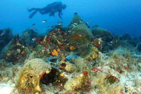 Taucher untersuchen Amphoren auf dem Meeresboden nordöstlich der griechischen Insel Samos, 2008. Foto: Greek Ministry of Culture, picture alliance/dpa