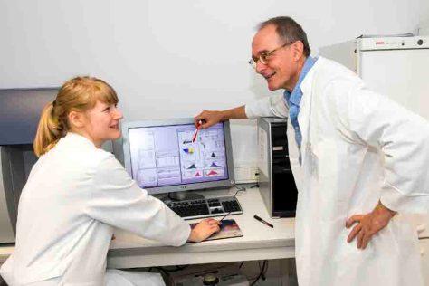 Im Labor: Prof. Dr. Hubert Schorle vom Institut für Pathologie am Universitätsklinikum Bonn und die Erstautorin der Studie Nathalie Haas. © Rolf Müller/UKB