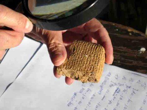 Keilschrifttafeln belegen, dass es sich bei dem ausgegrabenen Ort um die hethitische Königsstadt Samuha handelt. (Fotos: Philipps-Universität Marburg / Andreas Müller-Karpe)
