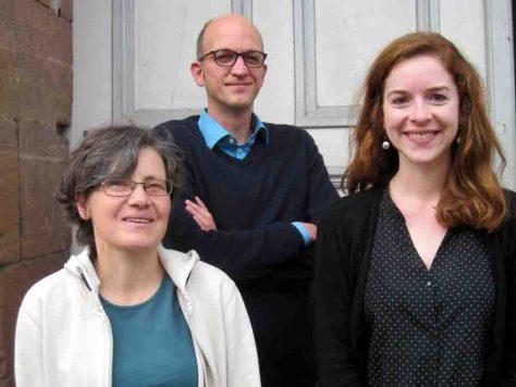 Professor Dr. Thorsten Bonacker mit seinen Mitarbeiterinnen Dr. Kerstin Zimmer (links) und Judith von Heusinger (Foto: Philipps-Universität Marburg / AG Bonacker)