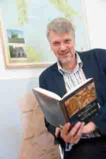 """Prof. Dr. Konrad Vössing vom Institut für Geschichtswissenschaft der Universität Bonn mit seinem Buch """"Das Königreich der Vandalen"""". (c) Foto: Volker Lannert/Uni Bonn"""