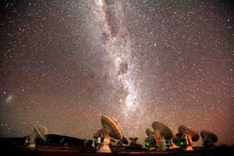 Die Milchstraße über dem ALMA-Teleskopverbund (c) ALMA (ESO/NAOJ/NRAO), C. Padilla