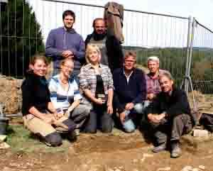 Das Grabungsteam um den Prähistoriker und Archäologen Prof. Dr. Ralf Gleser (3. v. r.) Foto: WWU - Terrex gGmbh