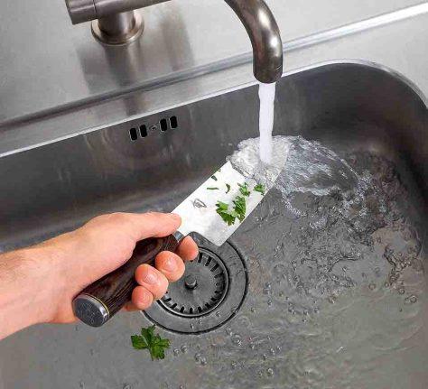 Spülen mit der Hand schont das Messer. Foto: test.de