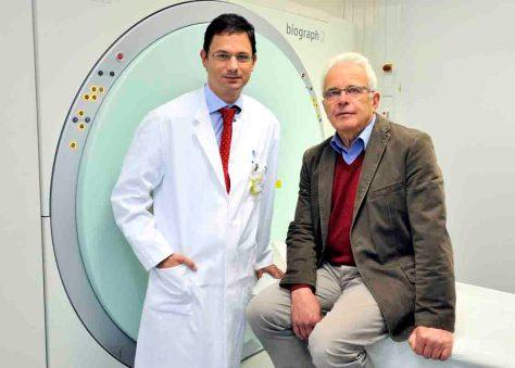 Endlich eine klare Diagnose: Prof. Markus Essler (li) erklärt seinem Patienten Ludger A. das neue Verfahren; (c) Johann Saba, UK Bonn
