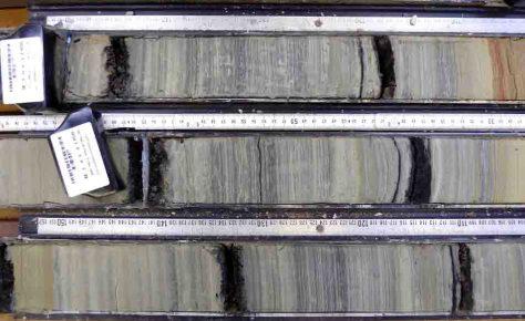 Bohrkerne: Die Warven (Jahresschichten) sowie die dunklen Vulkanaschelagen sind deutlich zu erkennen. Foto: Thomas Litt/Uni Bonn