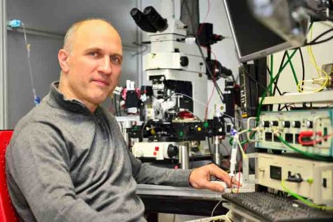 Prof. Dr. Heinz Beck von der Experimentellen Epileptologie und Kognitionsforschung des Universitätsklinikums Bonn vor einem Patch-Clamp-Messstand, an dem ein Teil der Untersuchungen durchgeführt wurde. (c) Foto: Rolf Müller/UKB