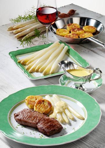 Spargel mit Steaks, Kartoffelplätzchen und Bernaise Foto: Wirths PR