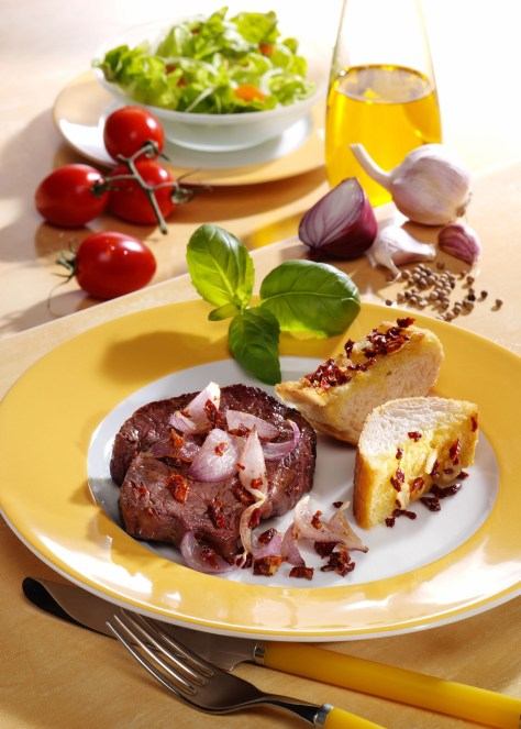 Zwiebelsteak mit Knoblauchbaguette Foto: Wirths PR