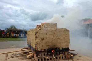 Der brennende Feldbrandofen. Foto: LWL