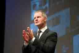 Dirk Kreuter ist Vertriebsexperte, Bestsellerautor und Speaker
