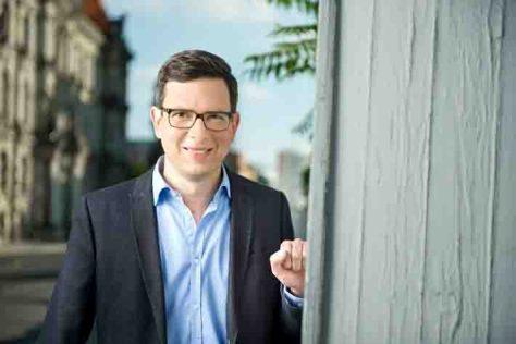 """""""Geschichte treffen"""" mit Wolf-Christian Ulrich. Der Presenter des neuen Zeitgeschichtsformat von ZDFinfo sucht die Orte auf, an denen sich die jeweiligen historischen Ereignisse abspielten Foto: ZDF/Michael Gottschalk/photothek"""