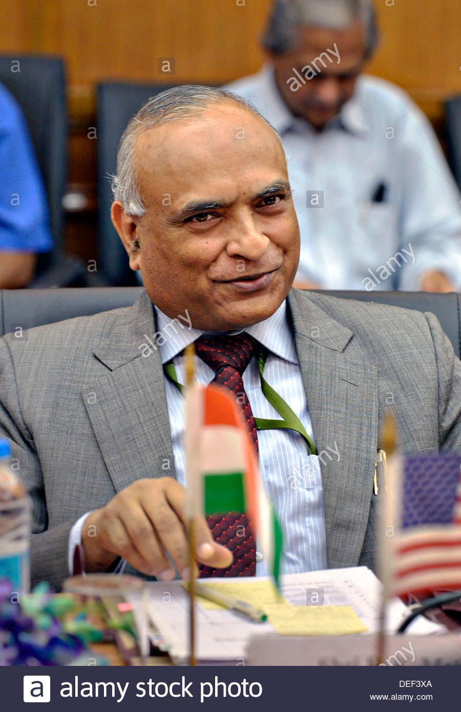 indian-defense-secretary-radha-krishna-mathur-during-a-meeting-with-DEF3XA