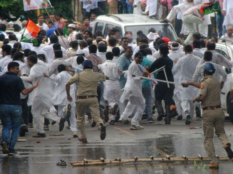 lathicharge-on-congress-workers-in-lucknow-55d1e35b2fce8_exlst