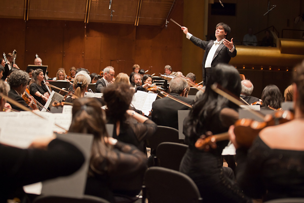 Alan Gilbert conducts the New York Philharmonic.  Photo Chris Lee.