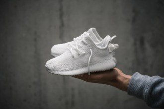 adidas-yeezy-boost-350-v2-cream-white-foot-02
