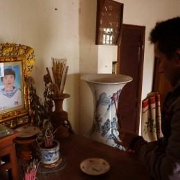 Lê Hữu Thảo thắp nhang cho liệt sỹ Nguyễn Thanh Hải, xã Chính Mỹ, Thủy Nguyên, Hải Phòng ngày 22-2-2014.