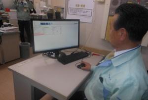 収集した情報を閲覧・分析する永井社長