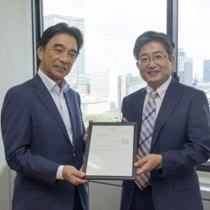 山田仁課長から塚田JAGAT会長に認定書が公布された