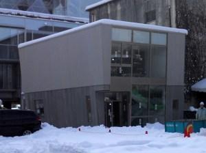 竣工間近い新印刷会館「パレット(PALET)」