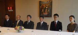 左から4人目、北島義斉社長