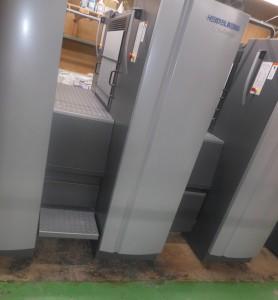 折り畳み式のステップを出した状態(左)と畳んだ状態