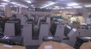 菊半裁機が整然と並ぶ工場