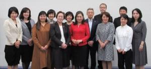 ダイバーシティ推進委員会のメンバー。左から5人目が小野委員長、7人目が池内氏、右から4人目が武智副委員長