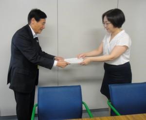 赤穂昌之座長(左)に佐々木奈々子参事官から認定通知書が授与された
